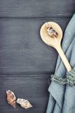 Морская предпосылка Древесина сделала ложку, салфетку, seashells Стоковые Фото