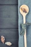 Морская предпосылка Древесина сделала ложку, салфетку, seashells Стоковое Изображение RF