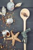 Морская предпосылка Древесина сделала ложку, seashells Стоковая Фотография