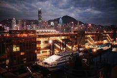 Морская станция с кораблем на заднем плане города и воды ночи Hong Kong Стоковое Изображение RF
