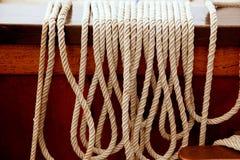 Морские веревочки в рядке на шлюпке сбора винограда деревянной стоковое изображение rf