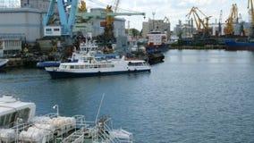 Морские гаван краны, и индустриальная зона во фронте груза порта моря Одессы коммерчески в Украине акции видеоматериалы