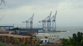 Морские гаван краны, контейнерный терминал и индустриальная зона во фронте груза порта моря Одессы коммерчески в Украине акции видеоматериалы