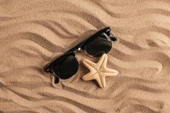 Морские звёзды и раковины с песком как предпосылка текстура песка предпосылок идеально Стоковое фото RF