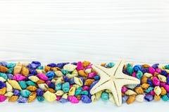 Морские звёзды с пестротканой границей seashells на белом деревянном хряке Стоковая Фотография