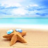 Морские звёзды в солнечных очках на песчаном пляже Стоковые Фото