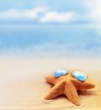 Морские звёзды в солнечных очках на песчаном пляже Стоковое Изображение
