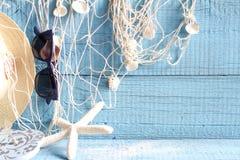 Морские звёзды и рыболовная сеть на голубых досках Стоковые Фото