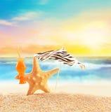 Морские звёзды на песчаном пляже и зонтике Стоковые Изображения RF