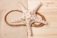 Морские звёзды на предпосылке деревянного стола и увольнения Стоковое Изображение