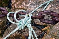 Морские линии и ржавые цепи стоковые фото