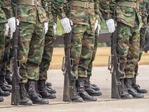 Морские пехотинцы выполняя военный парад королевского тайского военно-морского флота Стоковая Фотография