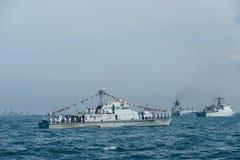 Морские пехотинцы в деятельности обзора флота на автостоянке военного корабля на море Стоковые Фотографии RF