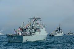 Морские пехотинцы в деятельности обзора флота на автостоянке военного корабля на море Стоковая Фотография