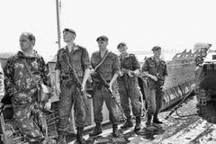 Морские пехотинцы на шлюпке подготавливая к падать Стоковые Фотографии RF