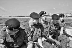 Морские пехотинцы на шлюпке подготавливая к падать Стоковые Изображения RF