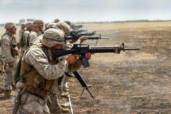 Морские пехотинцы США на тренировке в реальном маштабе времени стрельбища стоковое фото