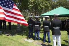 Морские пехотинцы США спокойно на мемориальной службе для упаденного солдата США, PFC Zach Suarez, полета почетности, деревни Wes Стоковая Фотография RF