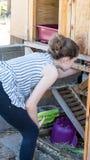 Морские свинки маленькой девочки подавая стоковая фотография