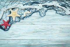 Морские сеть и морские звёзды на белых досках Стоковые Фото