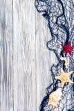 Морские сеть и морские звёзды на белых досках Стоковая Фотография