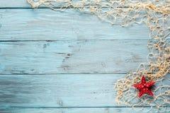 Морские сеть и морские звёзды на голубых досках Стоковая Фотография RF