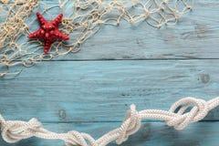 Морские сеть и морские звёзды на голубых досках Стоковая Фотография
