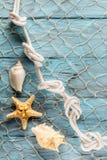 Морские сеть и раковины на голубых досках Стоковые Изображения RF
