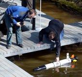 Морские ученые запускают автономные подводные беспилотные корабли стоковые изображения rf