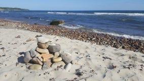 Морское побережье, большие камни стоковые изображения