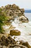 Морское побережье в Igrane, Хорватии Риф черепа Романтичная береговая линия Стоковое Изображение