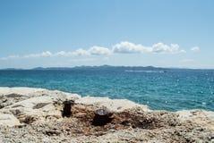 Морское побережье и пляж на Petrcane, Zadar, Хорватии Стоковая Фотография