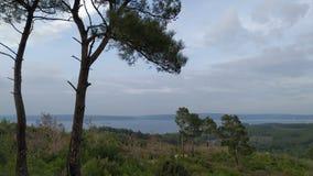 Морское побережье на спокойных дне и облачном небе стоковое фото rf