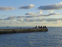 Морское рыболовство от пристани, курорт Сочи, Россия Стоковые Фото