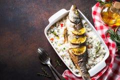 Морской волк рыб испеченный с рисом и овощами Стоковая Фотография