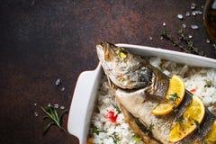 Морской волк рыб испеченный с рисом и овощами Стоковые Фотографии RF