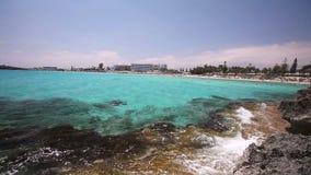 Морской курорт, гостиница морем или океан, лазурное море, море цвета берез, волны ломают против скалистого берега видеоматериал