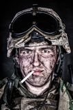 Морской пехотинец в шлеме с пакостной стороной после перестрелки стоковые изображения rf