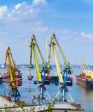 Морской порт в Одессе, Украине, 2016 Поднимать кран и корабль стоковые изображения