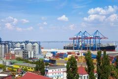 Морской порт в Одессе, Украине, 2016 Поднимать кран и корабль стоковое изображение