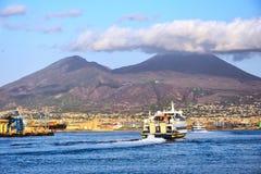 Морской порт и действующий вулкан Vesuvius в южной Италии Стоковое Изображение