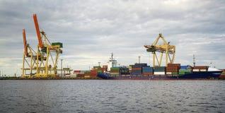 Морской порт на вечере Стоковые Изображения