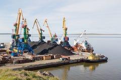 Морской порт, стержень угля, с кораблями Стоковое Изображение RF