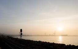 Морской порт с краном и восходом солнца или заходом солнца Стоковое Изображение RF