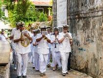 Морской духовой оркестр идет через улицы Budva на празднике троицы St стоковые фото