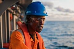 Моряк AB или Bosun на палубе сосуда или корабля, нося PPE Стоковая Фотография
