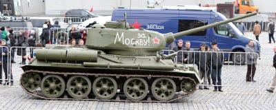 Москва. Бак T-34 приближает к красному квадрату Стоковые Изображения