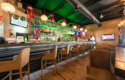 МОСКВА - ИЮЛЬ 2014: Интерьер современного ресторана паба в стиле сплавливания - Стоковое Фото