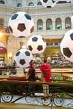 МОСКВА - ИЮНЬ 2018: Кубок мира 2018 Футбольный болельщик от Марокко делая selfie против больших декоративных футбольных мячей в К Стоковое фото RF