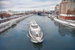 Москва Кремль и панорама зимы дня реки стоковые фотографии rf